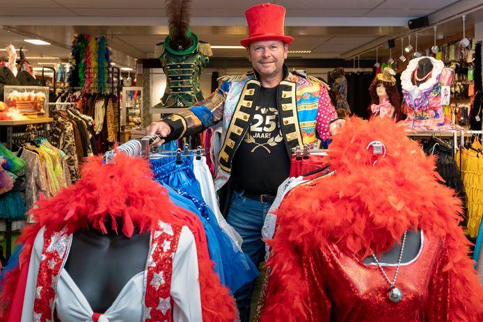 Nederland,  Waalwijk, Marc van Nuland in zijn feestwinkel .