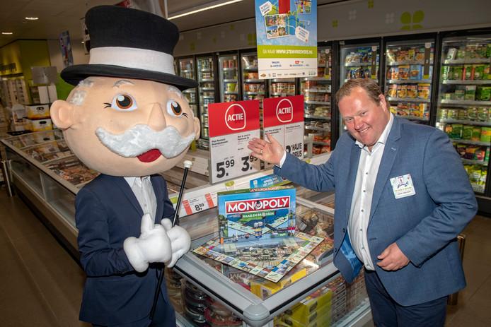 Joop van Dijk gooit de dobbelstenen voor een potje monopoly met mr. monopoly himself.