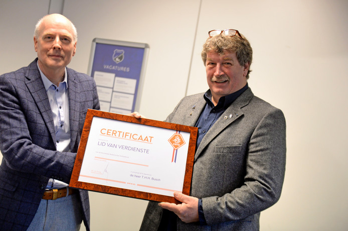 Bij nieuwjaarsreceptie van Vogido krijgt voorzitter Theo Busch hoge onderscheiding van KNVB uitgereikt door Henk Bolhaar (links).  foto Annina Romita AR20190106