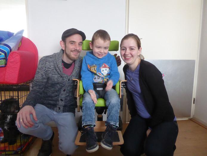Dave Gerrits (l) en Heidi Hooiveld (r) met hun zoon Daan.