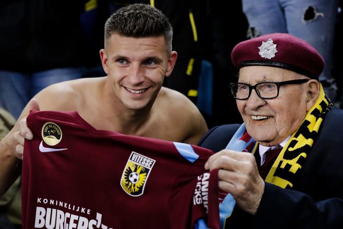 Joe Mawdsley krijgt het Airborne-shirt van Vitesse-aanvoerder Bryan Linssen.