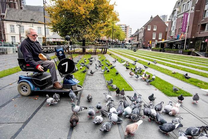 Dirk van Leeuwarden voert zijn duifjes. Foto Jan van Eijndhoven