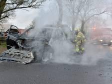 Rijdende auto vat zomaar vlam in Vaassen, inzittenden ongedeerd