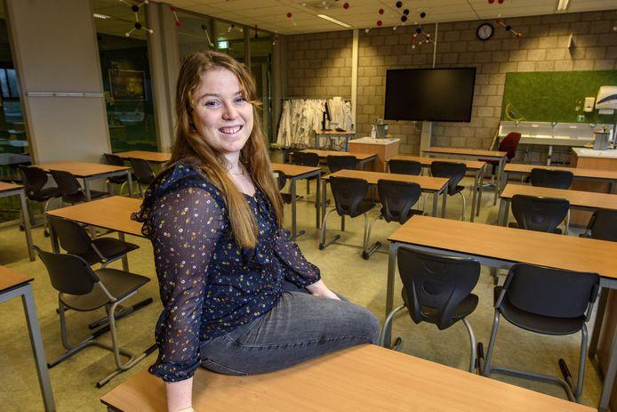 Sarah Kraehe haalde er vorig jaar haar havodiploma en staat nu al voor de klas op het Isendoorn College in Warnsveld.