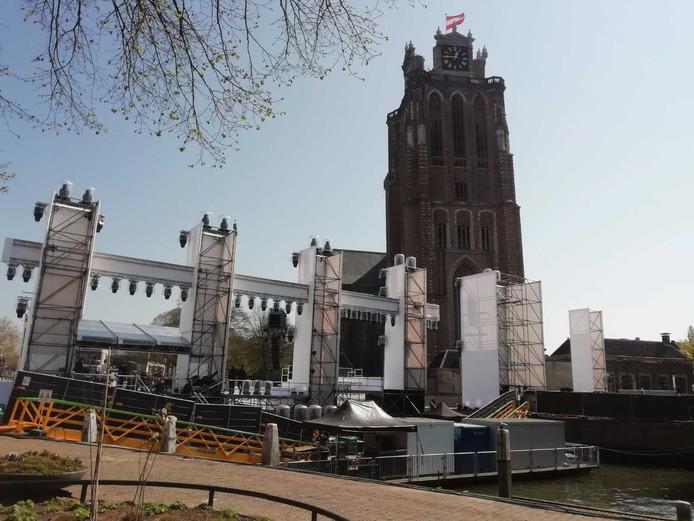 Het podium op het Maartensgat, aan de voet van de Grote Kerk.