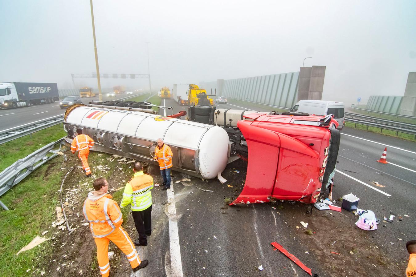 Het ongeluk met een vrachtwagen zorgde voor enorme problemen op de A2 en in Hagestein.
