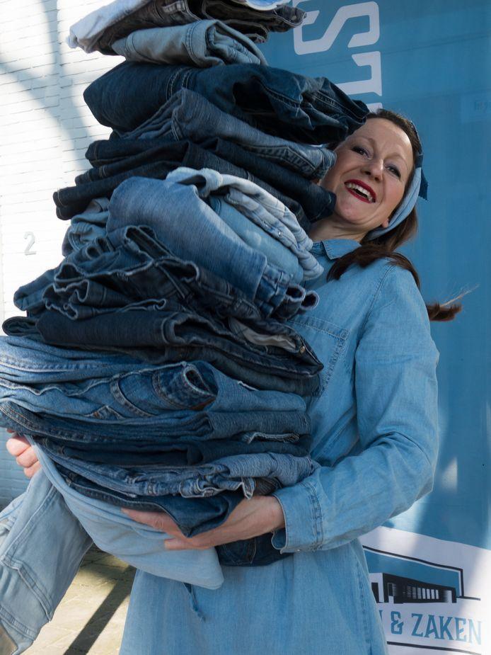 Betine van den Wijngaard uit Volkel begint in 't Handelshuys Uden met het redden van zo veel mogelijk spijkergoed via de stichting Social Jeans.