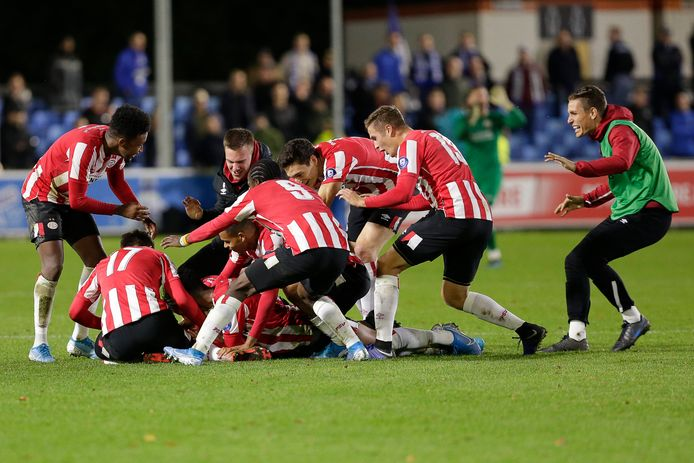 Robin Schoonbrood wordt bedolven onder de Jong PSV'ers, nadat hij de 2-1 voor zijn ploeg heeft gemaakt.