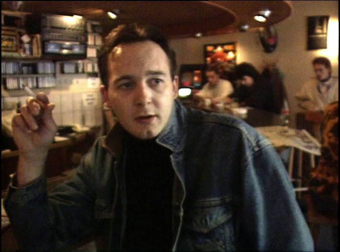 De jonge Johan van Laarhoven, in een fragment van actualiteitenrubriek Achter het Nieuws uit 1990. De Tilburgse coffeeshophouder Johan van Larhoven in een fragment van actualiteitenrubriek Achter het Nieuws, in 1990, te zien in de documentaire Cannabis.