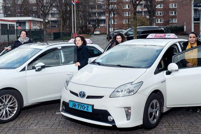 De vrouwelijke taxichauffeurs van Staxi Lady in Amsterdam.