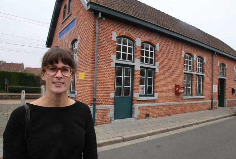 Eva Brille bij het stationsgebouw dat straks café wordt.