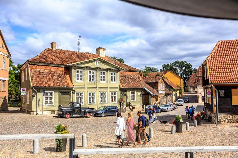 De oude kern van Kuldiga in het westen van Letland. In deze kleine hanzestad zijn vrijwel alle huizen nog van hout.  Beeld Ruben Drenth