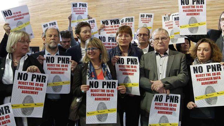 Europarlementsleden nemen deel aan een demonstratie tegen de voorgenomen regels voor de registratie van passagiersdata. Beeld reuters
