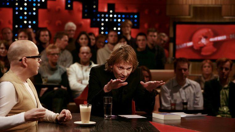 Marc-Marie Huijbregts en Matthijs van Nieuwkerk aan tafel bij De Wereld Draait Door. Beeld ANP