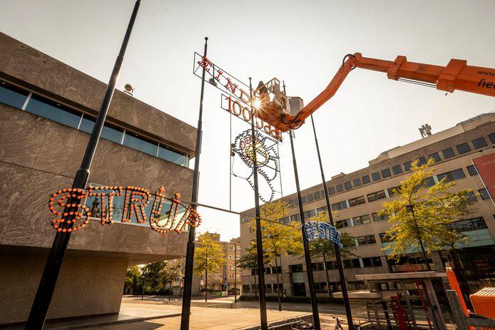 Vrijwilligers van de Lichtjesroute bouwen maandag op het Stadhuisplein een nieuw ornament op ter ere van het 100 jarig bestaan van Groot Eindhoven.