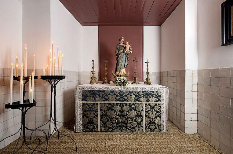 Van buiten zie je niet aan het gebouw aan de Oudezijds Voorburgwal af dat de zolder een kerk bevat, zodat Katholieken hun geloof er uit het zicht konden beoefenen. Beeld Arjan Bronkhorst