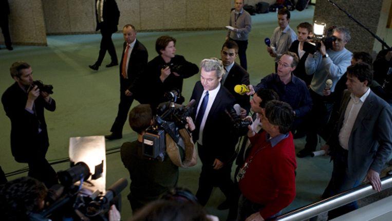 Geert Wilders en de fractie van de PVV verlaten uit onvrede over het debat over de financiele crisis de plenaire zaal van de Tweede Kamer. (ANP) Beeld