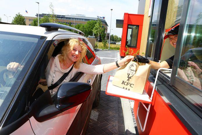 Burgemeester Reinie Melissant reed als eerste door de drive van KFC.