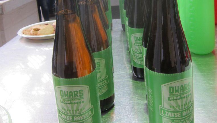 Links bier. Beeld