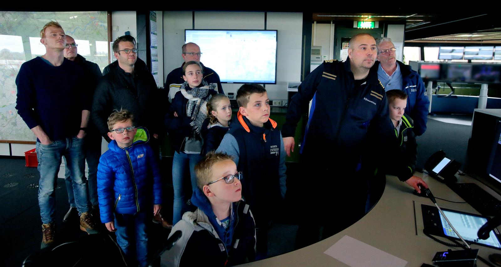 Verkeersleider Rolph Herks leidt geïnteresserden rond door de post van Rijkswaterstaat op Duivelseiland. Vanuit daar wordt het scheepverkeer in de regio geïnstrueerd.