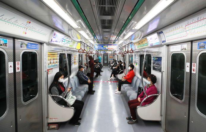 Passagers du métro à Séoul, en Corée du Sud, fin mars