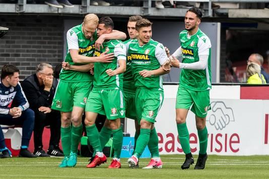 Vreugde bij de spelers van FC Dordrecht na de vroege openingstreffer.