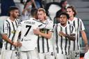 Kulusevski krijgt felicitaties van Ronaldo voor zijn goal.