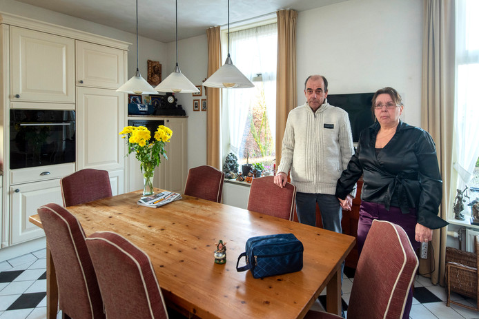 Tom en Els Bakker, vlak voor de uit hun woning aan de Rijksweg-Zuid werden gezet. Een grote meerderheid van stemmers op onze site meent dat de Bakkers in hun huis moeten blijven wonen.