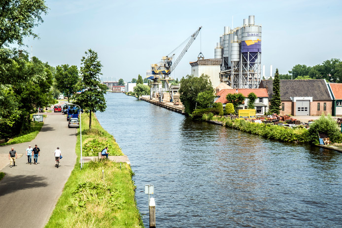 Bedrijvigheid langs de oevers van de Schie. Hier komt straks ook woningbouw.