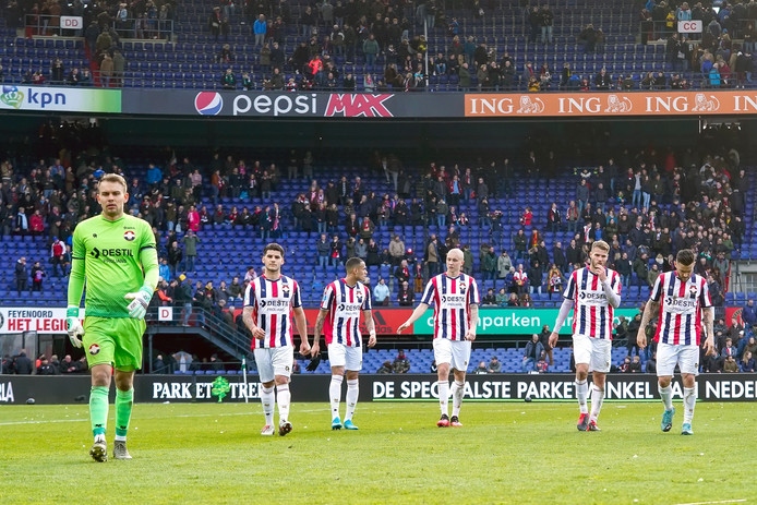 Willem II verlaat het veld van de Kuip na de 2-0 nederlaag tegen Feyenoord.