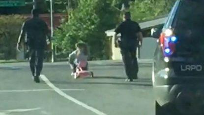 Schattig: kleuter vlucht voor de politie op haar driewieler