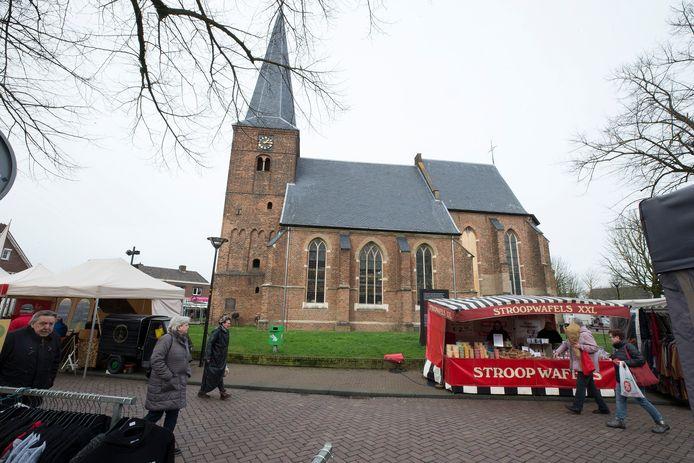 De gemeente Aalten maait het gras rond de dorpskerk in Dinxperlo niet meer.