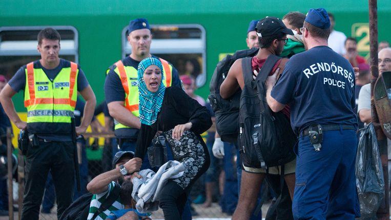 Vluchtelingen protesteren nadat een trein gisteren in Bicske, waar een opvangcentrum is, stopte. Beeld getty