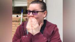 Hartverwarmende beelden: vrouw ziet voor het eerst kleur dankzij speciale bril