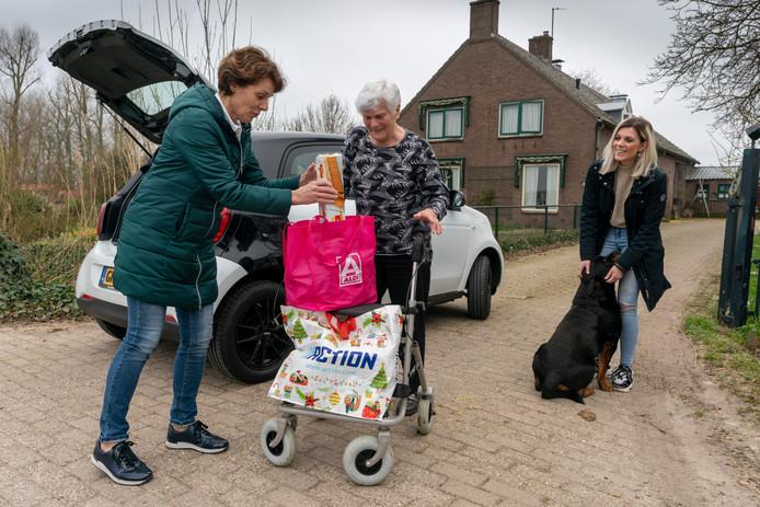 Marion van Hulst heeft boodschappen gehaald voor Annie Hooijmans  (86) uit Rossum dankzij bemiddeling van Corona Hulp Maasdriel. Initiatiefneemster is Kristel van Hulst (rechts).
