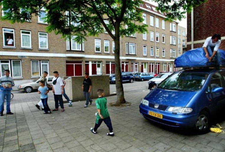 In de Rotterdamse wijk Crooswijk maakt een familie de auto gereed om naar Marokko te vertrekken. (ANP) Beeld