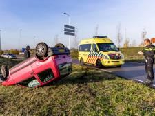 Automobiliste slaat over de kop en maakt ongelukkige landing in Oosterhout