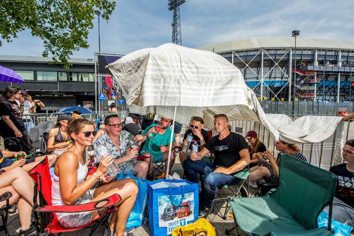 De vrienden Renske, Dennis, Niels en Roy (vlnr) zijn goed voorbereid. Norbert (r) zag de parasol en sloot spontaan aan.