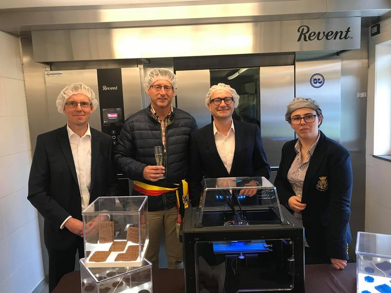 Wim De Vos van het kabinet van federaal minister van middenstand Denis Ducarme, burgemeester Jo Roggen en minister Ben Weyts kwamen allemaal langs bij Erika Vanvuchelen voor de lancering van Specustomize.