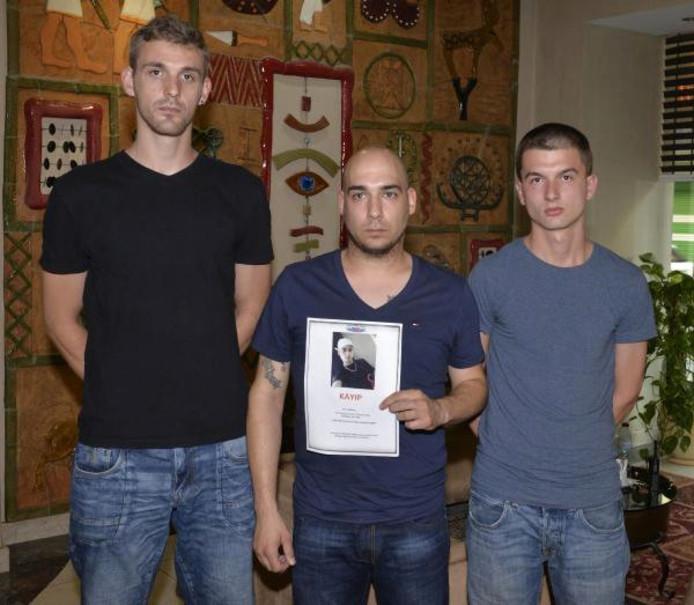 Robin Hoffman (midden) toont de flyer die hij in Silifke verspeidt. Hij wordt geholpen door Angelo Durei (links) en Jaimuy Gewald.