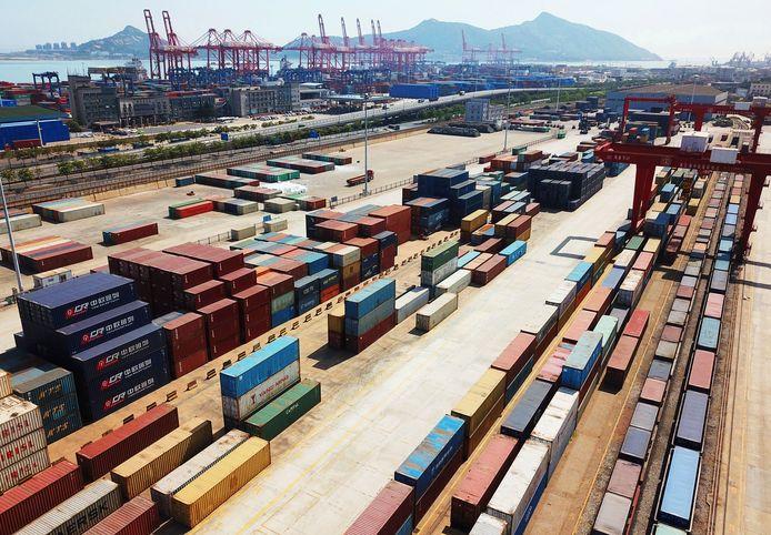 Containerterminal op de Chinees-Kazachse grens. Hier worden de containers overgeladen van de Russische naar de Chinese wagons en omgekeerd.