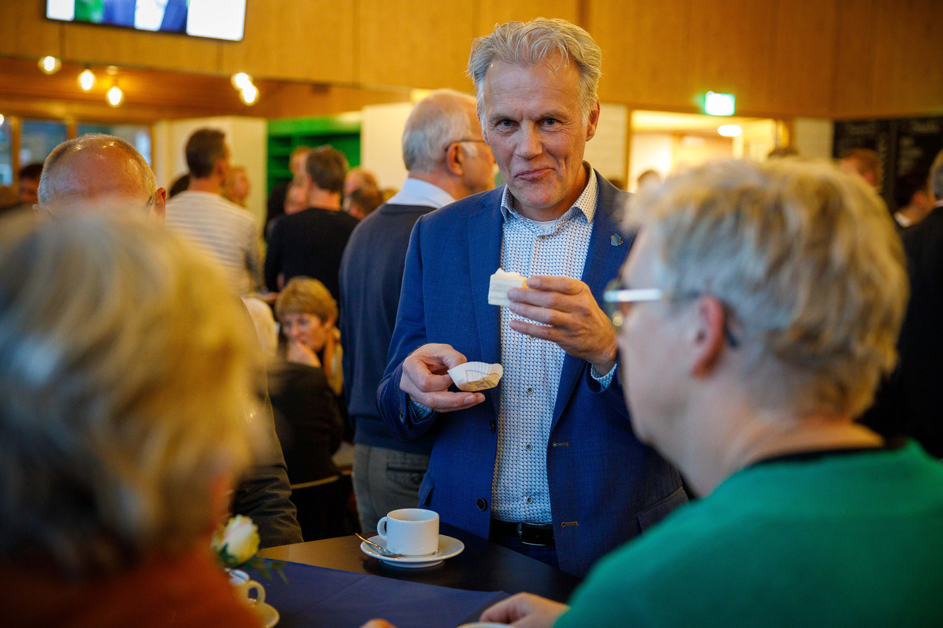 SGP-wethouder Lucas Mulders integriteit is in het geding na beschuldigingen van vriendjespolitiek door oud-wethouder Bert Krale (CDA). Dat stelt fractievoorzitter Alfred Stegeman van Gemeentebelangen. Mulder verscheen afgelopen vrijdag nog op de afscheidsreceptie van Bert Krale.