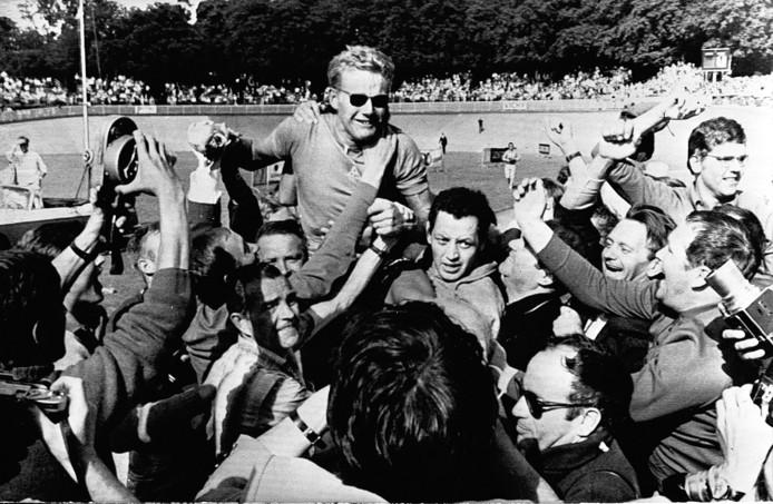 Een van geluk huilende Jan Janssen op de schouders van zijn fans na het winnen van de Tour de France.