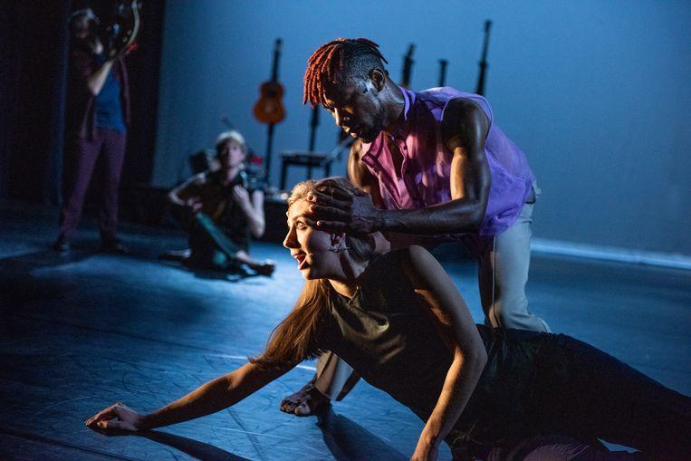 Solas door LeineRoebana, met danser Uri Eugenio en sopraan Elisabeth Hetherington. Beeld null