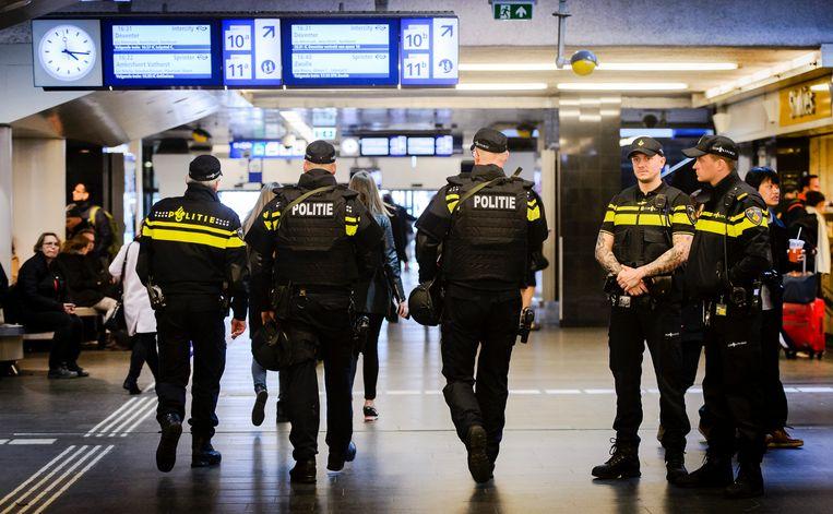 Na de bomaanslagen in Brussel in 2016 werd extra politie ingezet op grote Nederlandse stations. Beeld ANP