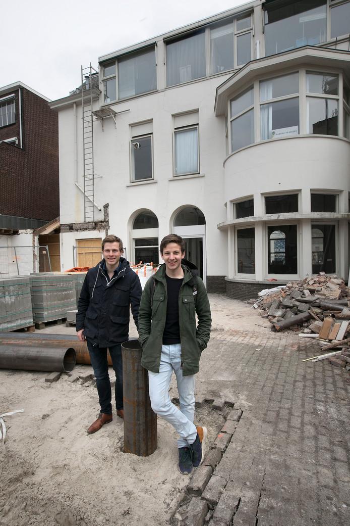 Fenno van den Eijnde (links) en Daan Hommersom van SSRE in de tuin van Vestdijk 22, het pand dat verbouwd wordt tot de nieuwe sociëteit van de studentenvereniging.