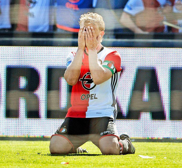 Dirk Kuijt zakt door de knieën bij het laatste fluitsignaal van de wedstrijd tegen Heracles. Met drie doelpunten bracht hij na 18 jaar het kampioenschap weer naar Rotterdam. Beeld Guus Dubbelman / de Volkskrant