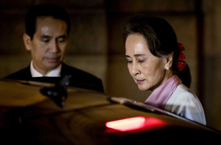 Suu Kyi na de zitting in het Vredespaleis. Beeld EPA
