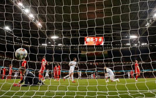 Paco Alcacer scoort namens Spanje in en tegen Wales.