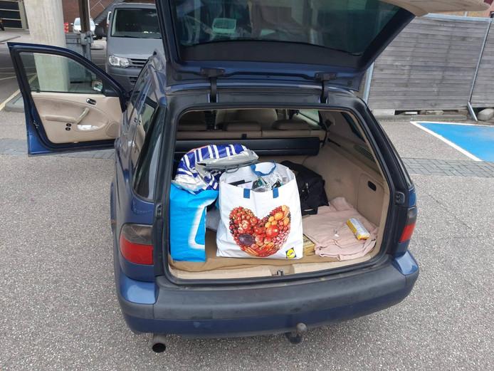 In de auto werden tassen vol - vermoedelijk - gestolen spullen gevonden.